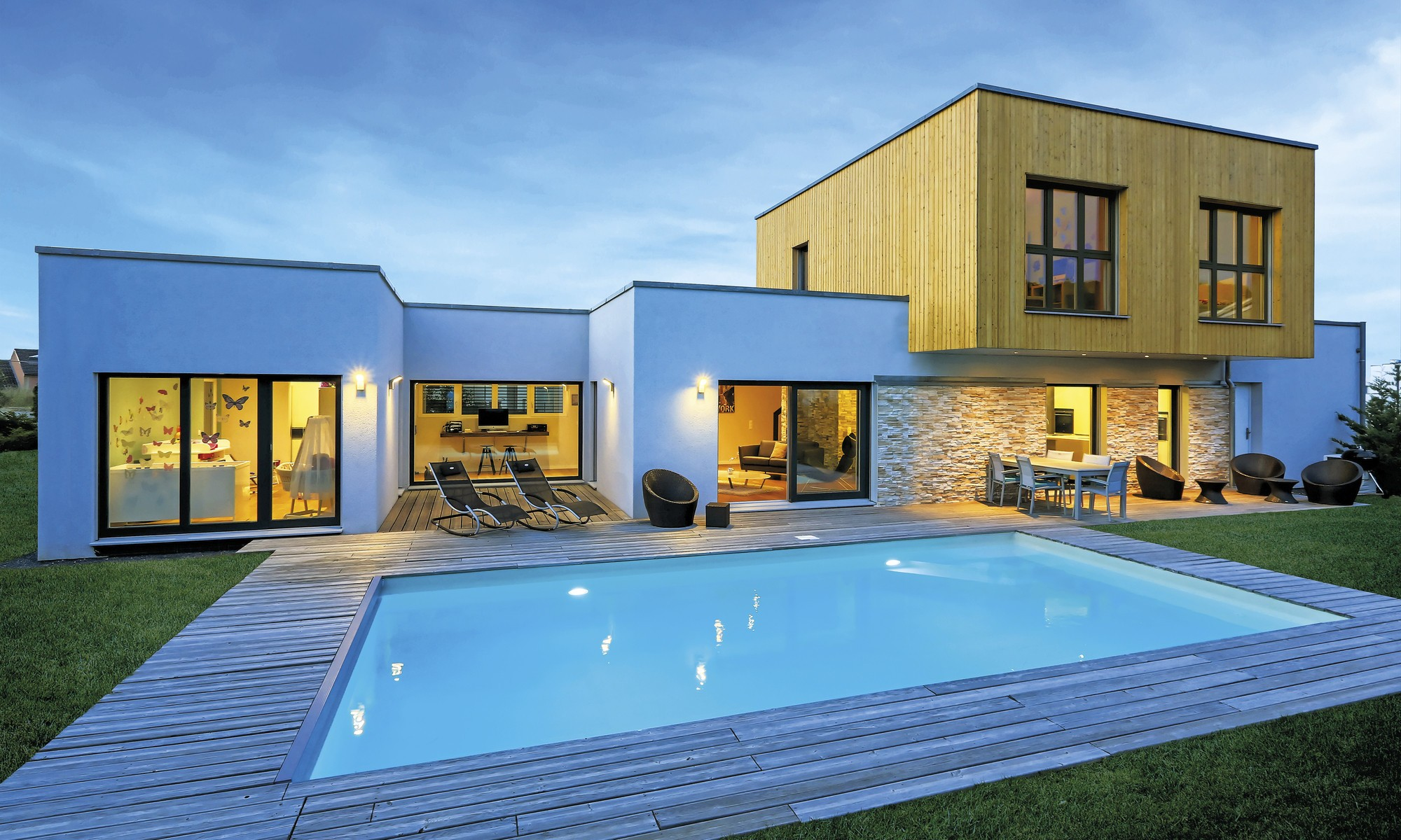 Custom-built prefabricated home with large, modern swimming pool, designed for relaxation