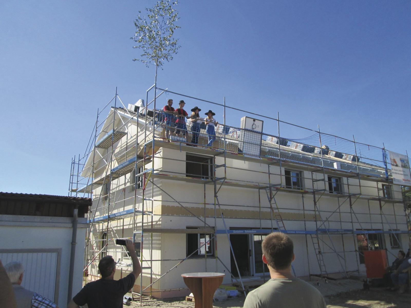 Zimmerer-Azubis bauen Weber-Häuser